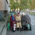 Создать Бабушки у подъезда Мем